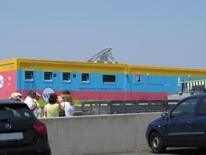 foz - colorful beach washroom